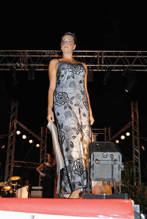 meraviglioso vestito a fantasia nero su grigio