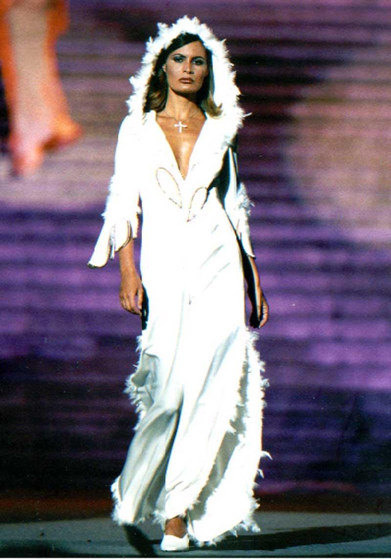 incantevole vestito bianco con piumaggi