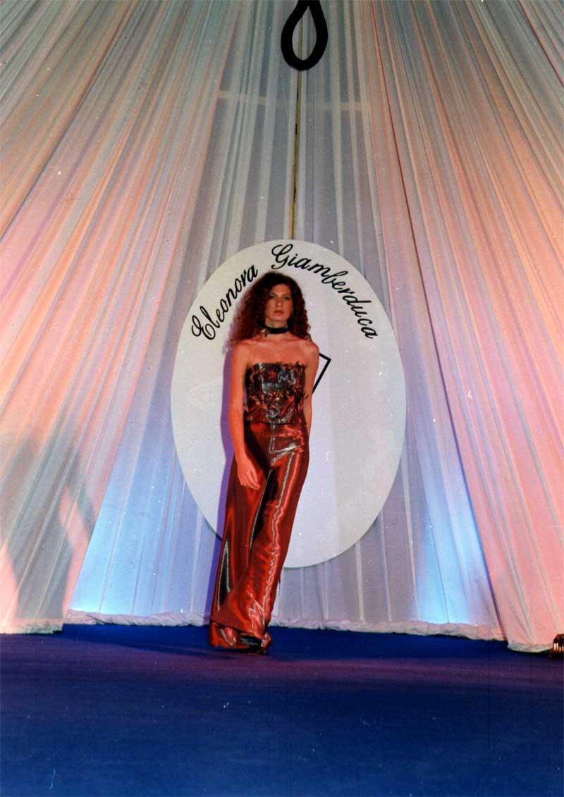 vestito in raso rosso - presenta Eleonora Giamberduca