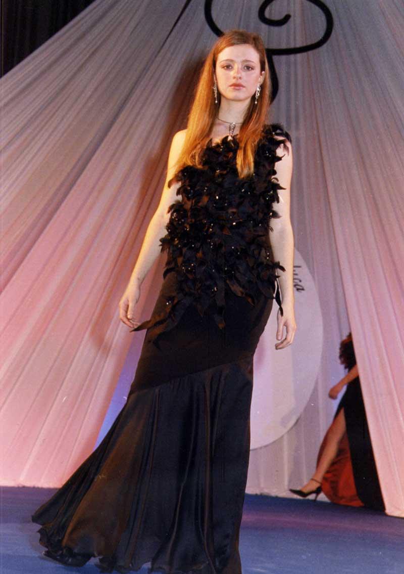 vestito donna in nero con piumaggio