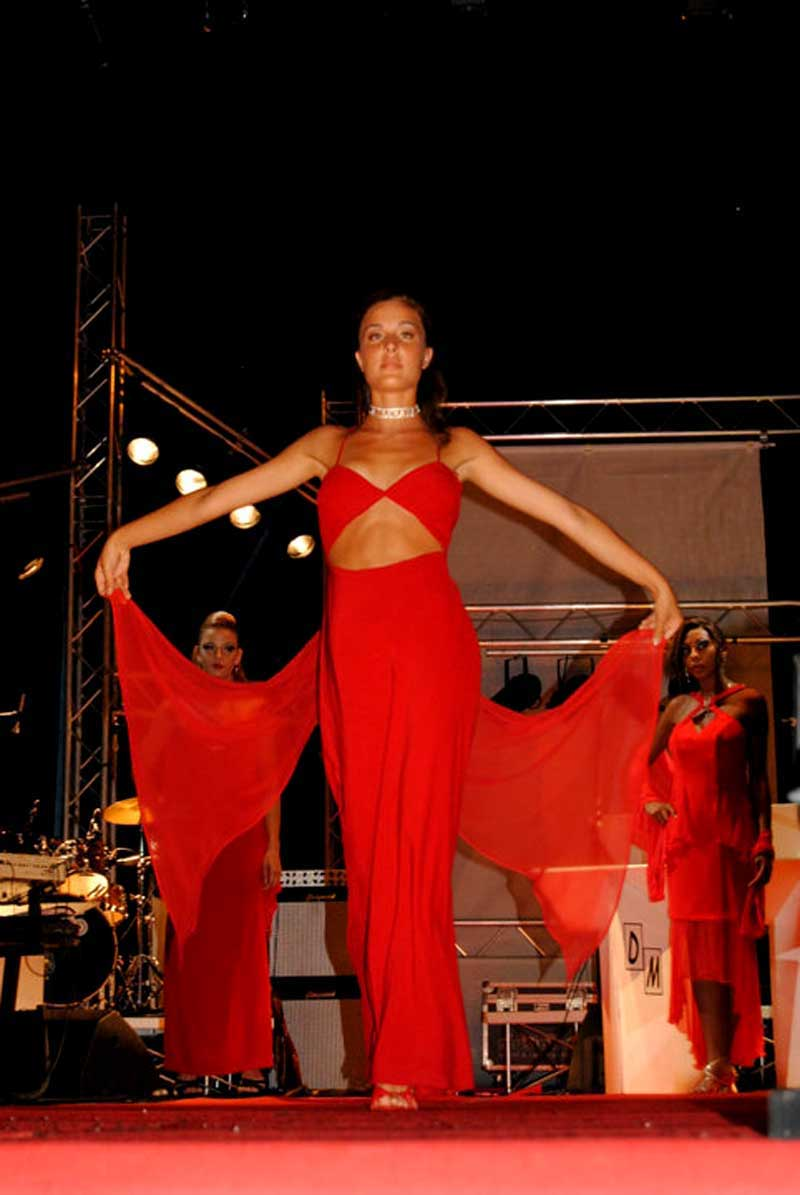 ragazza presenta vestito in rosso con velo