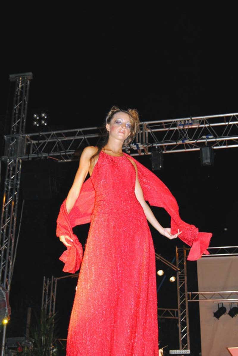 vestire abiti eleganti in rosso