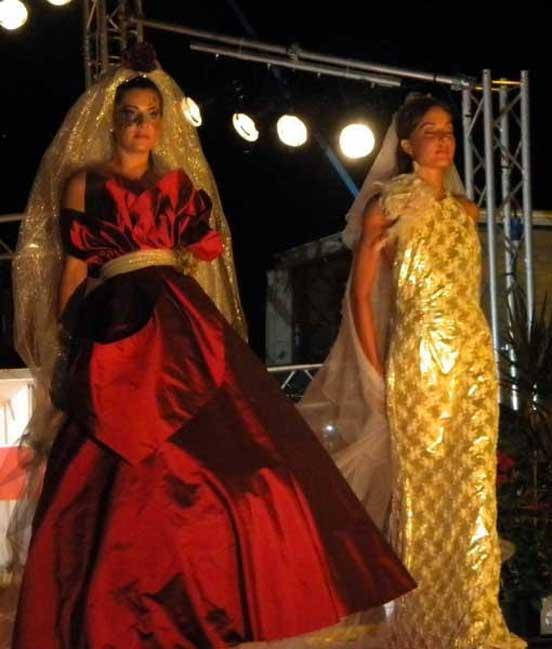 fotografie immagini Sposa in rosso e oro abiti su misura Elins moda