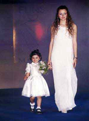 bambina vestita per cerimonia