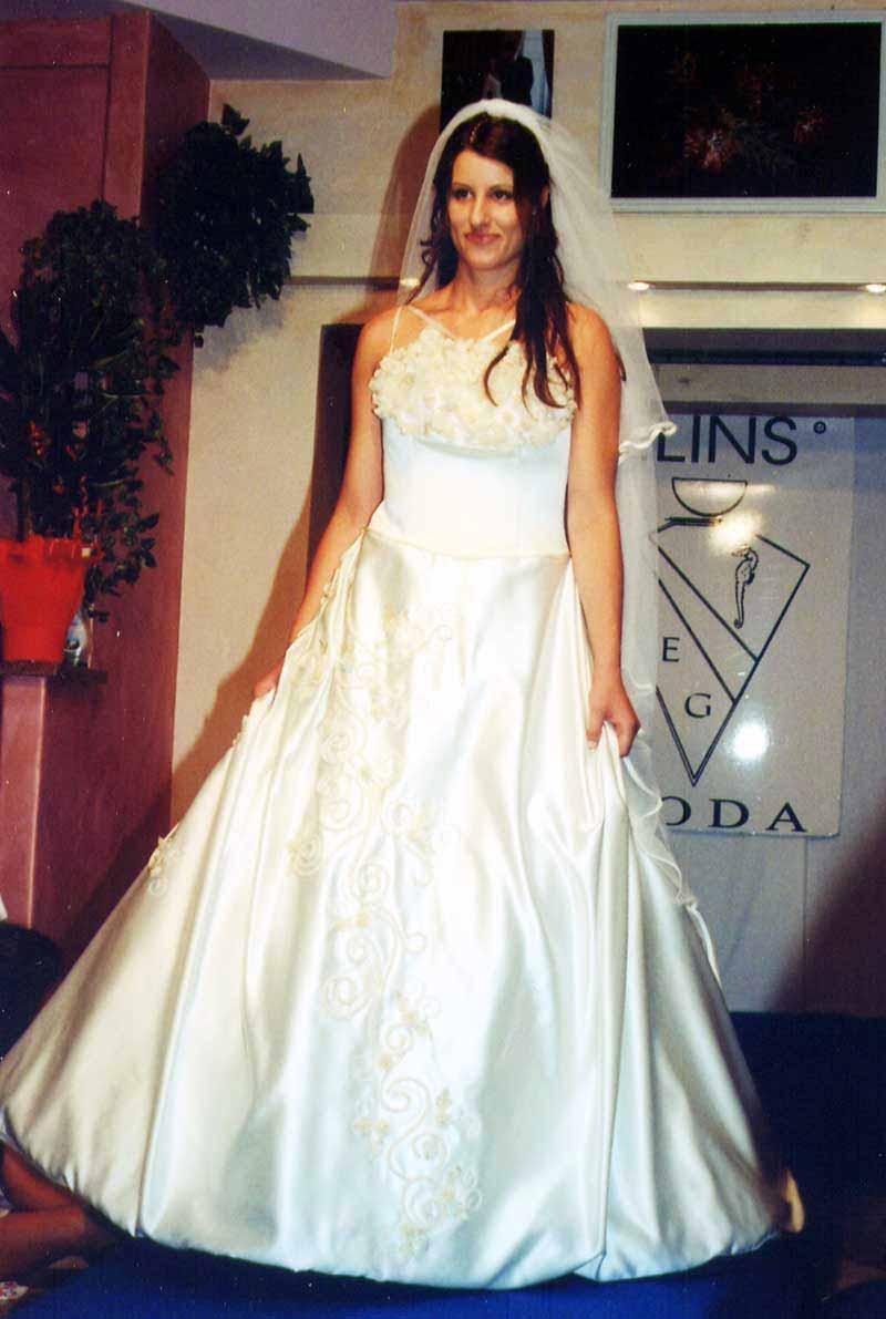 a945b2f88465 Abito da sposa bianco matrimonio classico stilista a Roma
