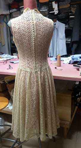 Naprawia specjalne ubrania vintage